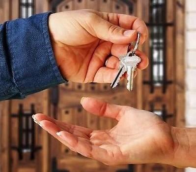 Как переписать квартиру на другого человека в России?